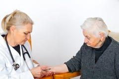 疗法的年长妇女 库存照片