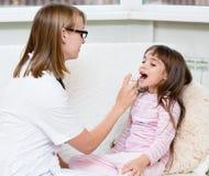 给医疗浪花的医生小女孩 免版税库存图片