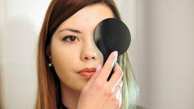 医疗的眼科学,健康,概念-美丽的女孩检查在眼科医生的视觉与闭上的一只眼睛 股票视频