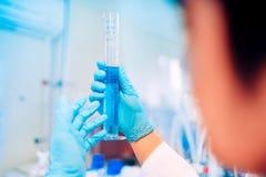 医疗研究员专家细节,生物工程师测试样品的手在专业环境里 免版税图库摄影