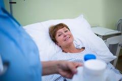 给疗程的护士患者 免版税库存照片