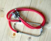 医疗红色听诊器 库存图片