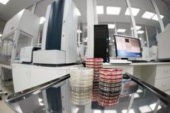 医疗设备为分析 为艾滋病和其他疾病测试的血液 脱氧核糖核酸的定义 选择聚焦 免版税库存照片