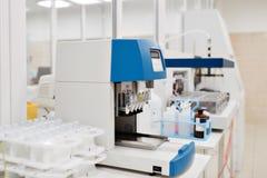 医疗设备为分析 为艾滋病和其他疾病测试的血液 脱氧核糖核酸的定义 选择聚焦 图库摄影