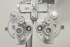 医疗设备特写镜头在眼镜师诊所的 库存图片