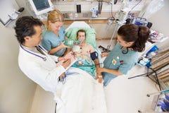 治疗重要患者的医生和护士  图库摄影