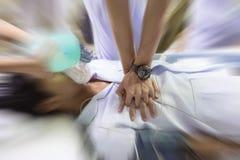 医疗队在医院复苏一名患者 免版税库存图片