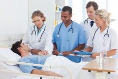 医疗队谈话与患者 免版税图库摄影