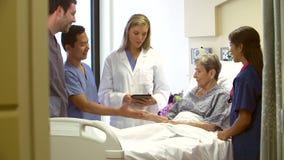 医疗队谈话与资深女性患者在医院 股票视频