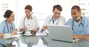 医疗队谈话在会议期间 股票视频