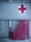 医疗援助在老军用飞机的成套工具隔间 库存照片