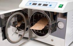 医疗仪器的绝育和消毒作用的压热器 库存照片