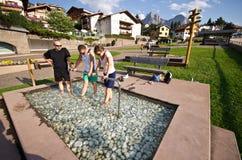治疗水池的游人在Castelrotto,意大利 免版税库存照片