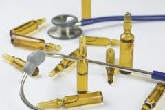医疗细颈瓶、药片和听诊器 库存图片
