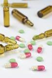 医疗细颈瓶和药片 免版税库存图片