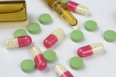 医疗细颈瓶和药片 库存图片