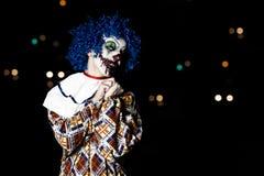 疯狂的丑恶的难看的东西邪恶的小丑在镇在使人的万圣夜冲击和惊吓 免版税图库摄影