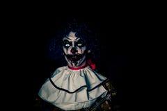 疯狂的丑恶的难看的东西邪恶的小丑在镇在使人的万圣夜冲击和惊吓 库存图片