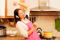 疯狂的主妇厨师在厨房里 库存图片
