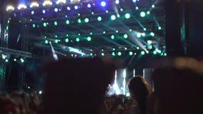 疯狂的人群拍的手和歌颂,招呼他们的大阶段的音乐神象 影视素材
