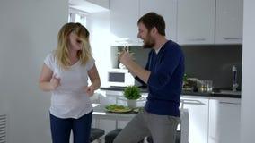 疯狂的喜悦,跳跃充满幸福和在家拥抱的愉快的家庭 影视素材