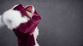 疯狂的圣诞老人跳舞和丢失他的帽子 影视素材