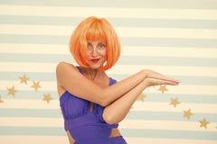疯狂的女孩秀丽样式  疯狂的女孩庆祝疯狂的党 时装模特儿女孩有橙色头发和构成 beauvoir 图库摄影