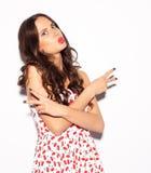 疯狂的女孩,情感和愉快的心情滑稽的生活方式画象,有乐趣、别致的衣裳和夏天穿戴 展示红色嘴唇亲吻 免版税库存图片