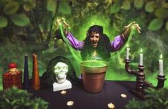 疯狂的女巫实践的巫术 免版税库存图片