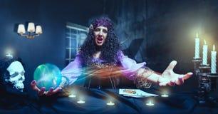 疯狂的女巫实践的巫术 免版税库存照片