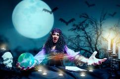 疯狂的女巫实践的巫术 库存图片