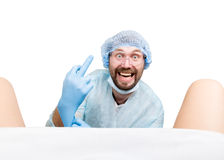 疯狂的妇产科医师审查一名患者 疯狂的医生表示不同的情感和做另外hand& x27; s标志 图库摄影