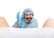 疯狂的妇产科医师审查一名患者 疯狂的医生表示不同的情感和做另外hand& x27; s标志 免版税库存图片