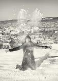 疯狂的妇女投掷白色雪,无色 免版税库存照片