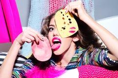 疯狂的时髦的女人用乳酪和烟肉 免版税图库摄影