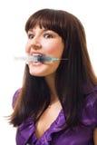 疯狂的查找的注射器妇女 免版税图库摄影