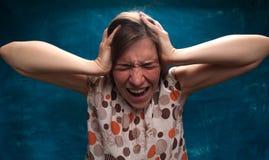 疯狂的沮丧的妇女是叫喊大声的 免版税库存图片