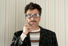 疯狂的滑稽的姿态人近视书呆子认为 免版税库存图片