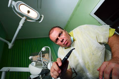 疯狂的牙科医生 免版税库存图片