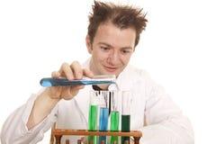 疯狂的科学家倾吐蓝色试管 免版税库存图片
