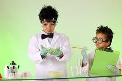疯狂的科学家兄弟在工作 免版税图库摄影