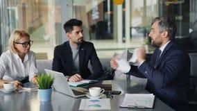 疯狂的CEO争论与咖啡馆的雇员在咖啡休息撕毁的纸期间 股票视频