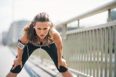 疲乏健身少妇捉住呼吸 免版税库存图片