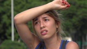 疲乏和被用尽的运动青少年的西班牙女孩 影视素材
