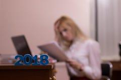疲乏女性工作在圣诞节的一个办公室 库存图片