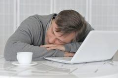 疲乏成熟人睡着 库存照片