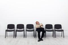 疲乏生意人等待 免版税库存图片