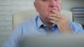 疲乏的买卖人图象与膝上型计算机一起使用在办公室 影视素材