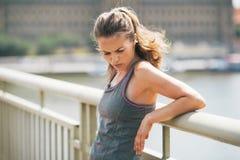 疲乏的健身少妇在城市 免版税库存图片