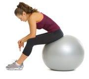 疲乏的健身少妇坐健身球 库存图片